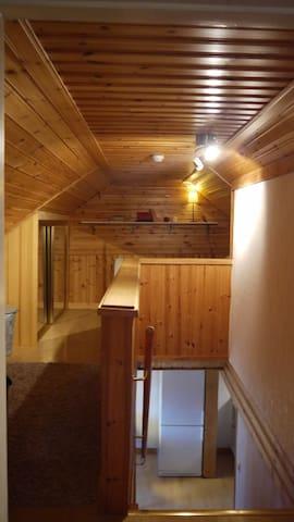 Trappa från köket leder upp till övervåning med ett sovrum och allrum med extra bäddsoffa för en.