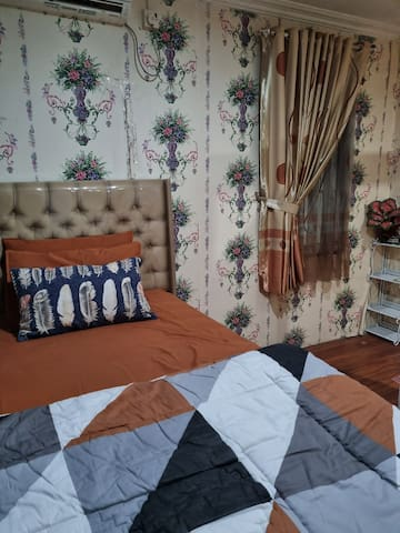 Tempat tidur singlebed yg besar atas bawah lantai 1