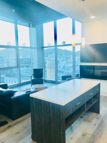 2 Bedroom Sky-Rise In Heart of Hollywood