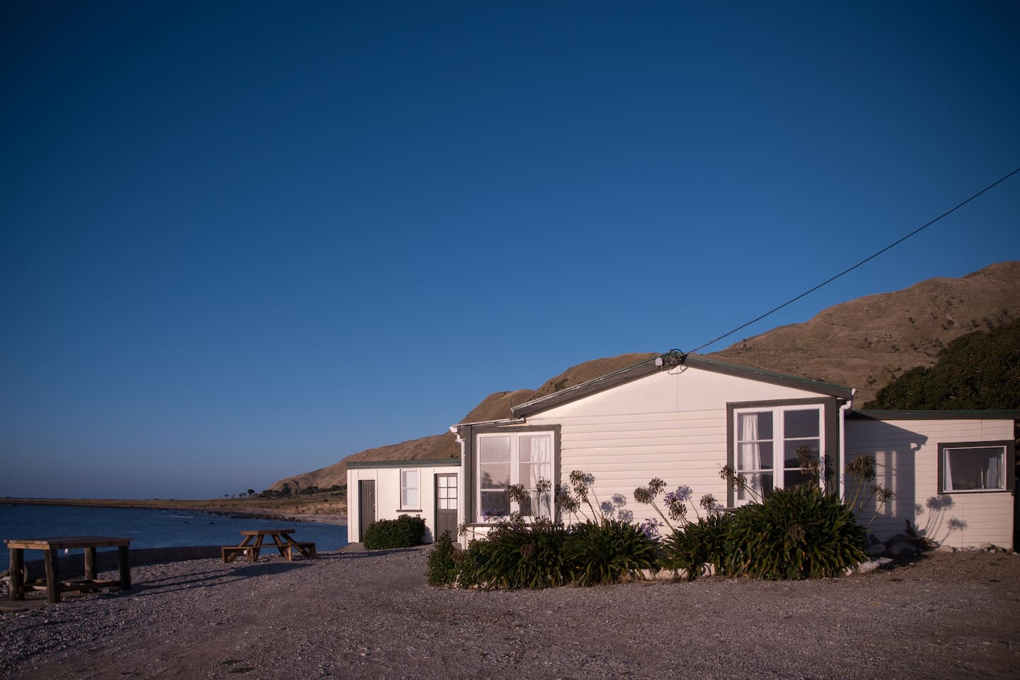 The Diver and fisherman paradise, this bach is on the shoreline. Russ's Bach is your typical kiwi bach - but with a one in a kind view.