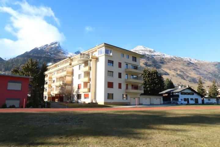 Bündalodge 1023 mit Balkon und Blick auf Berge
