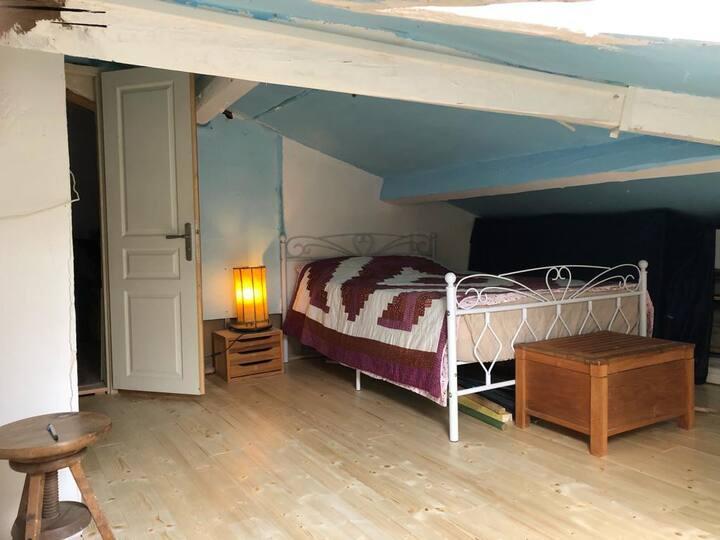 Petite chambre d'amis mise à disposition.