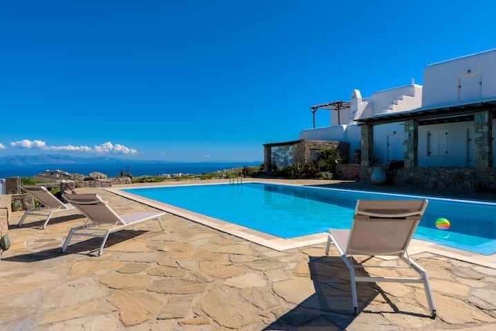 Carmelita Villa with Pool by Stylish Stays