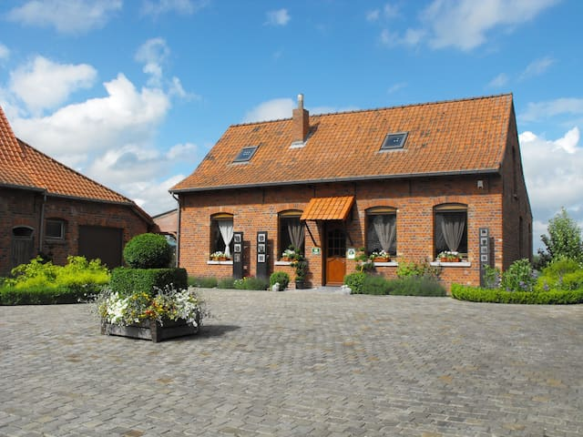 Family farmhouse transformated into a cottage - Comines-Warneton - 一軒家