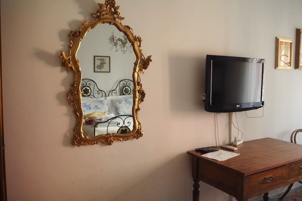 Specchiera dell'ottocento e TV HD con SKY multivision gold