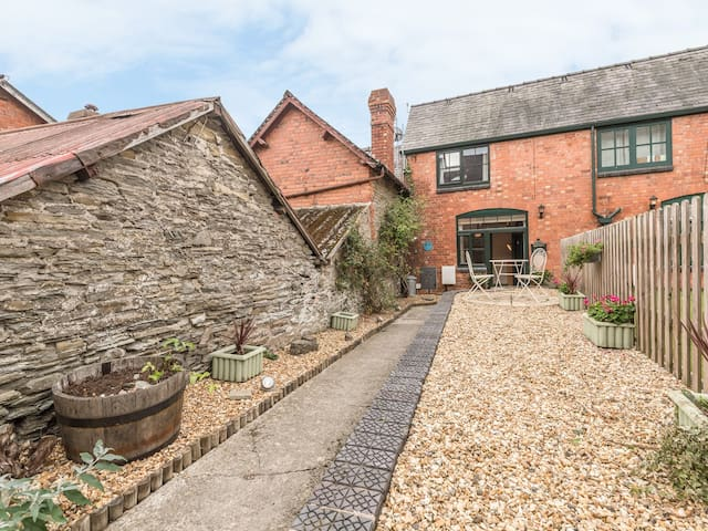 1 STABLE COTTAGE, romantic in Bishop's Castle, Ref 913467