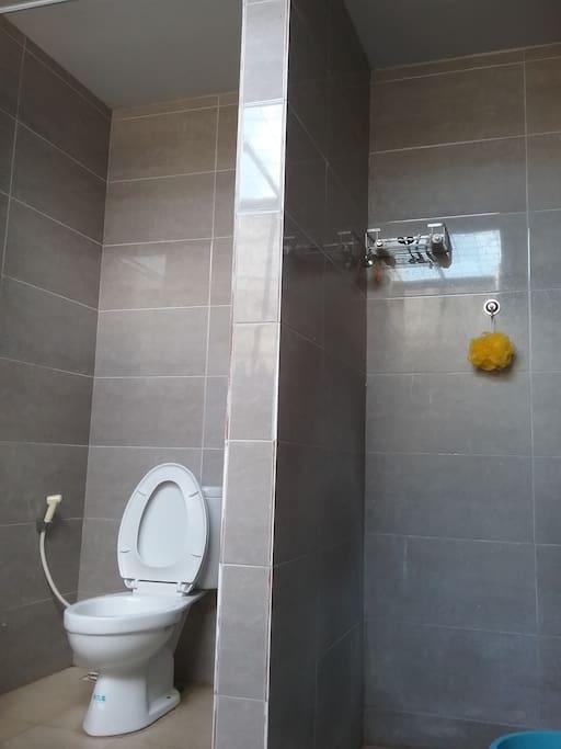Kamar mandi berada di dalam tapi open air, antara shower dan kloset dipisah. Di depannya disediakan ruang untuk jemur pakaian