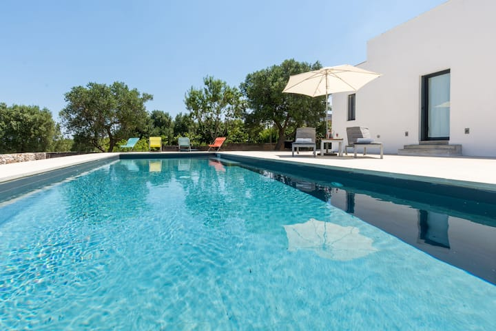 Luxury Villa with Wi-Fi, Air conditioning, Garden, Terrace and Pool; Parking available; Pets allowed