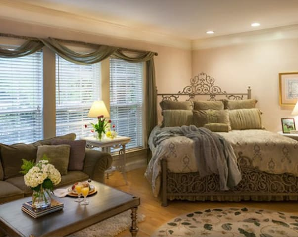 Tryon's Butterfly Creek Inn: Grand Tryon Room - Columbus - Dom