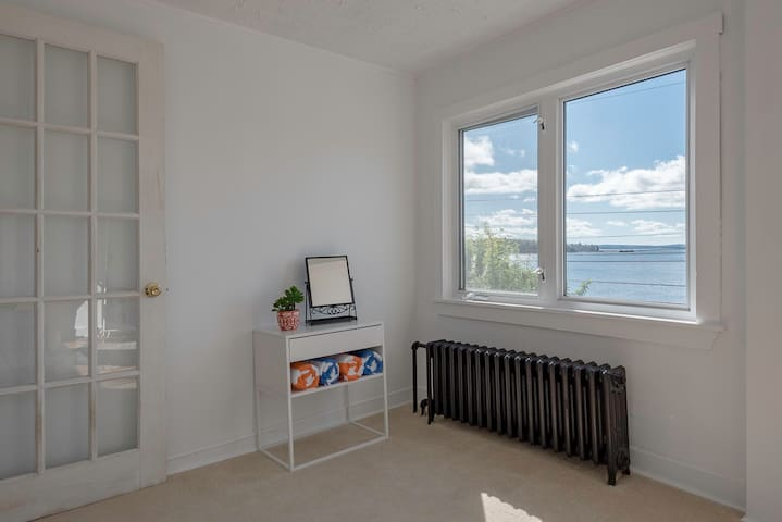 Black Point Waterfront Cottage Close to Beaches