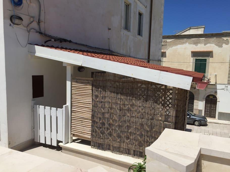Veranda esterna con cancelletto in legno dove è' possibile fare colazione, pranzare e cenare.