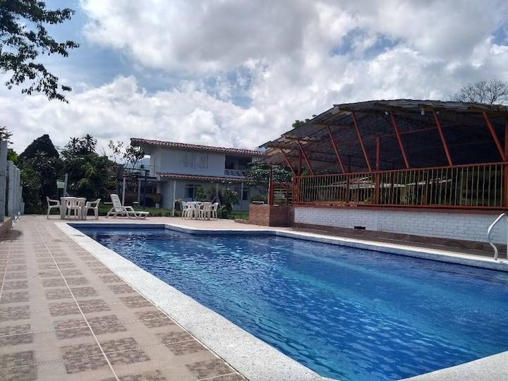 Habitación Y en LaBellaNubia con piscina y canchas