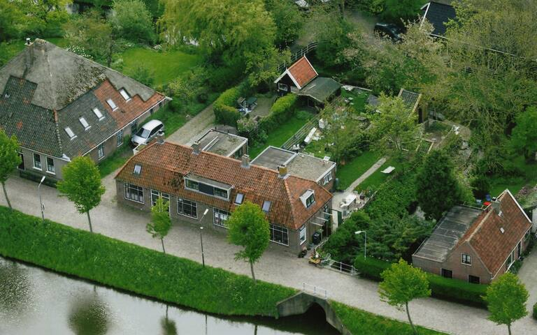 luchtfoto rechts op de hoek is het huis