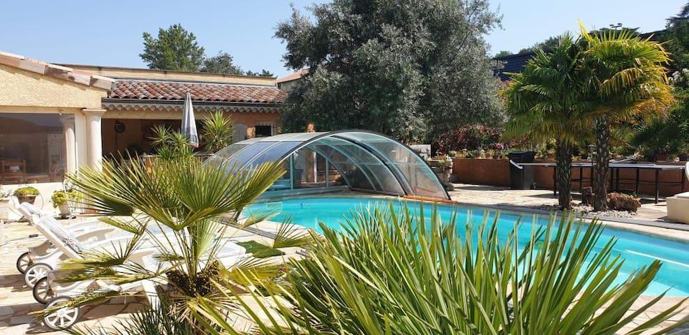 Logement au calme dans villa avec piscine