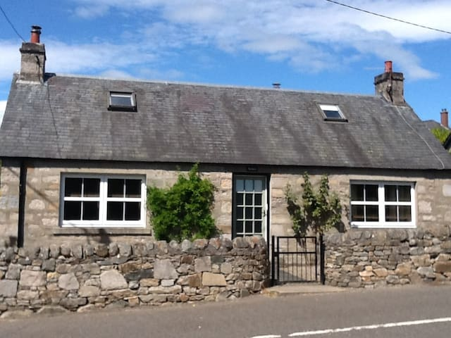 Lochalsh Cottage, Pitlochry - fantastic location