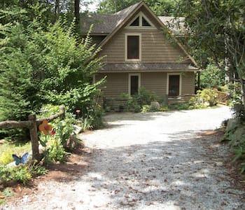 Designer Cabin, Private, Luxe, Mntns Highlands NC - ไฮแลนด์ - กระท่อม