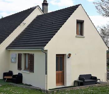 Gezellig huisje met terras en grote tuin. - Couloisy - Отпускное жилье