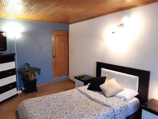Habitación con baño privado, buena ubicación