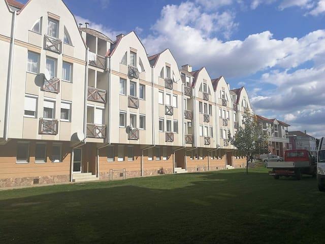 Földszinti lakás a fürdőkomplexum szomszédságában