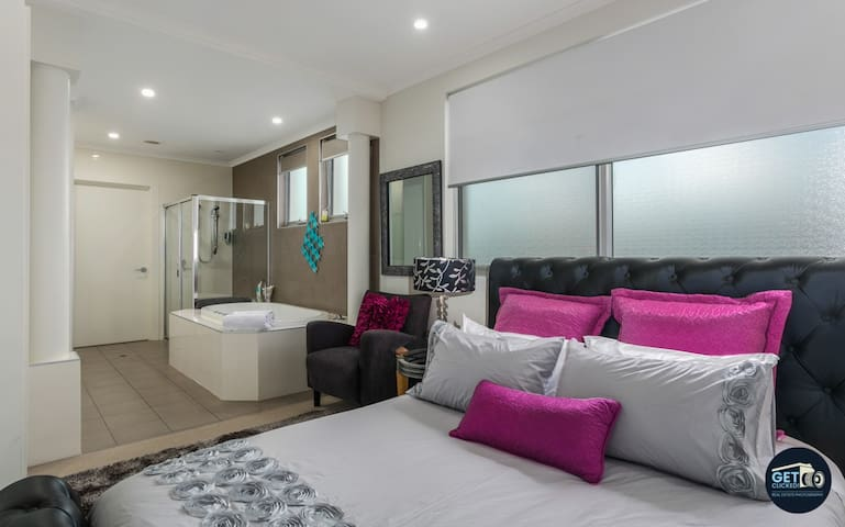 Master bedroom with ensuite & spa bath/hot tub