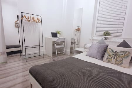 Modern double bedroom in Bournemouth centre