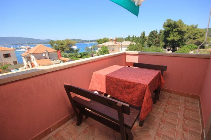 One bedroom apartment with terrace and sea view Ilovik (Lošinj) (A-8069-a)
