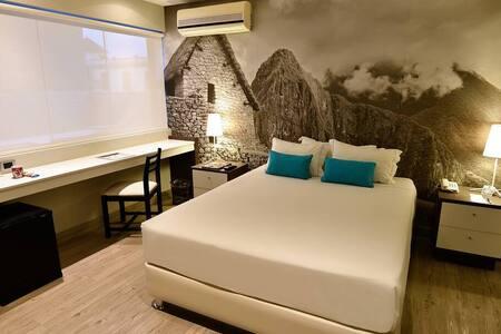 Esta habitación presenta una decoración inspirada en la cultura local y dispone de cama grande, suelo de madera, iluminación tenue y baño privado con ducha.