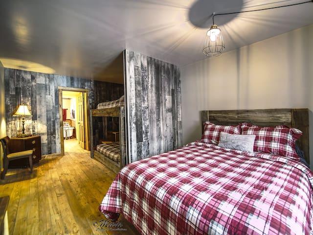 Chambre 3 avec 1 lit queen, 2 lits superposé double.