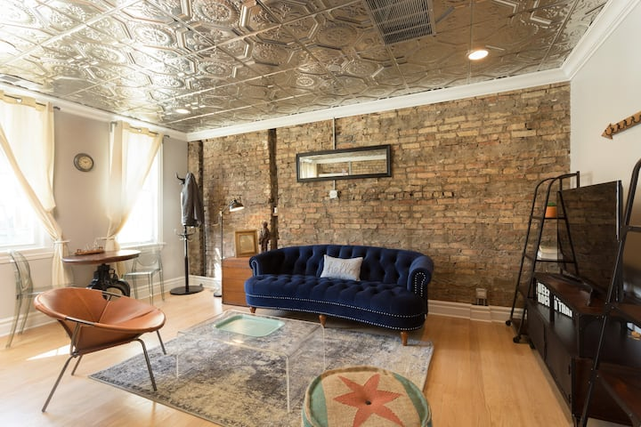 Industrial Style Chicago Loft with FREE parking