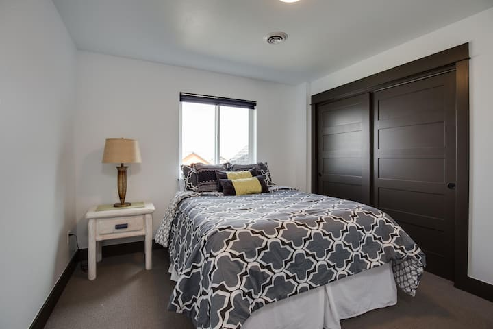 Comfy, Clean, Bedroom in Bozeman!