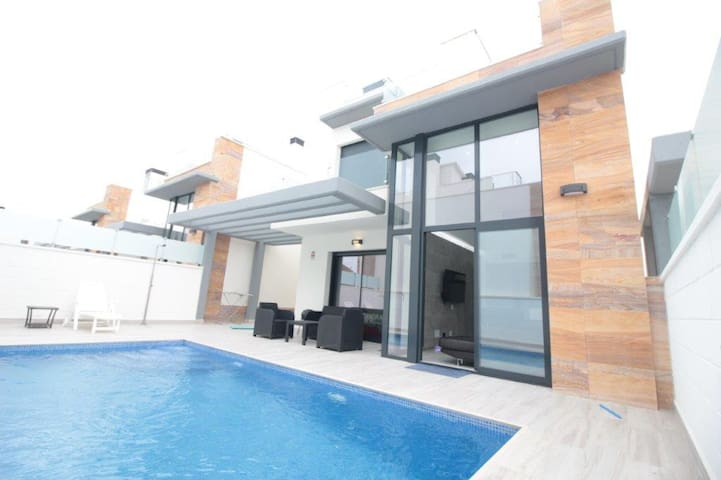 DETACHED VILLA WITH PRIVATE POOL - CAMPOAMOR