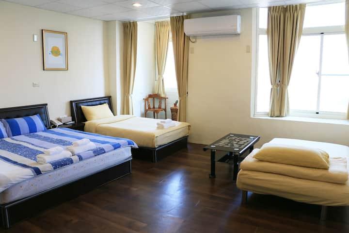VIP4人套房 多床型 寬敞舒適 空氣採光佳 私房海灘 布袋觀光魚市 高跟鞋教堂