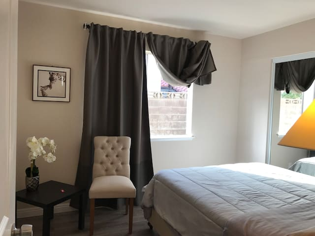 Newly renovated rooms just off Las Vegas Strip 2
