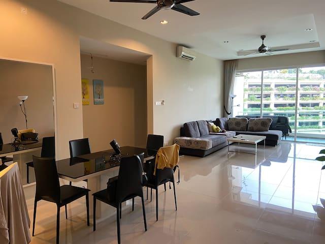 The Spacious Quiet 3-bedroom apartment