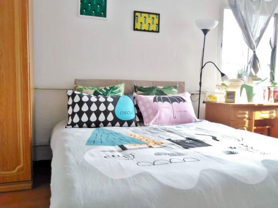 拥有1.5米双人床卧室(独立写字台)