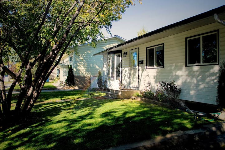 Cozy rooms for rent (short/long term), Room#1 - Calgary - Bungalov