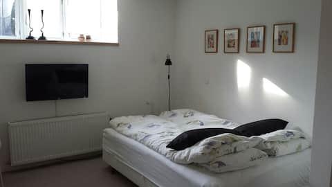 חדר עם כניסה וחדר רחצה משלו