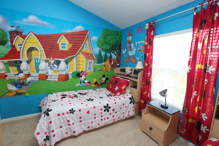 Kids bedroom left side