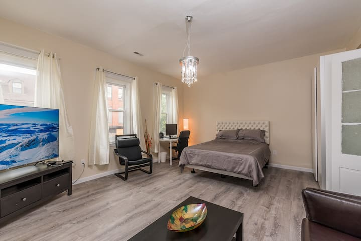 1BR Fells Point, Be near the action!