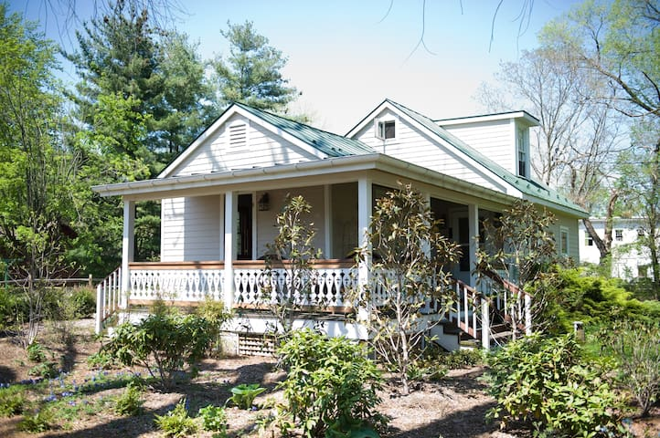 Cottage at Sperryville Brewery - Hopkins Ordinary Bed, Breakfast & Ale Works