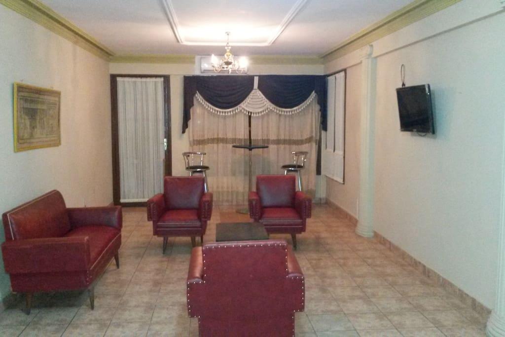 Sala de estar con salida al balcón privados