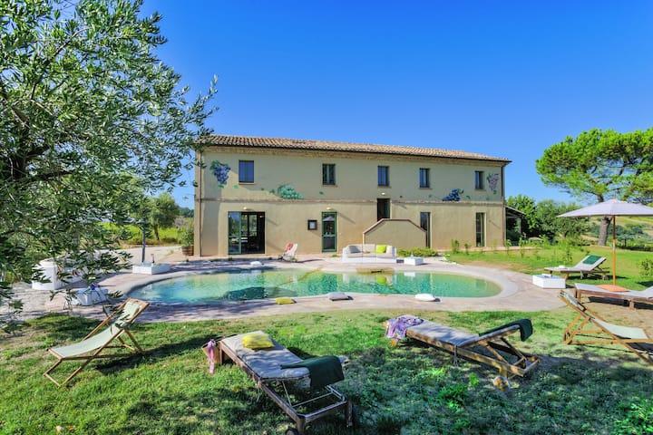 Hermosa villa en Barchi con piscina privada
