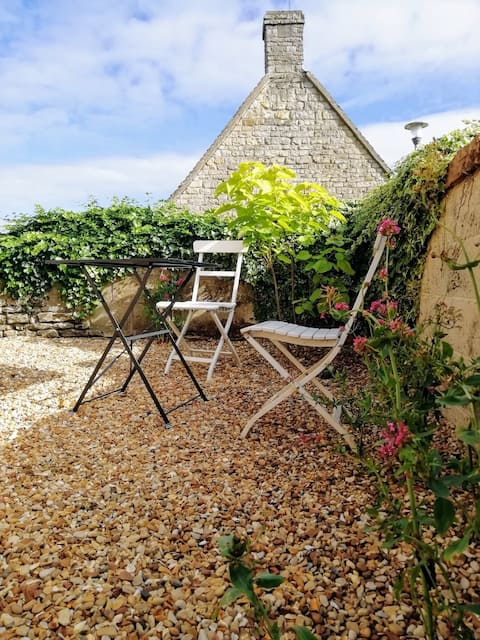 New ensuite bedroom with private gravel garden