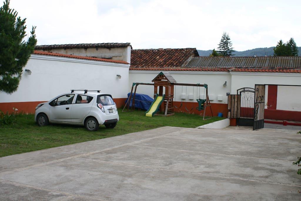 Amplio estacionamiento propio