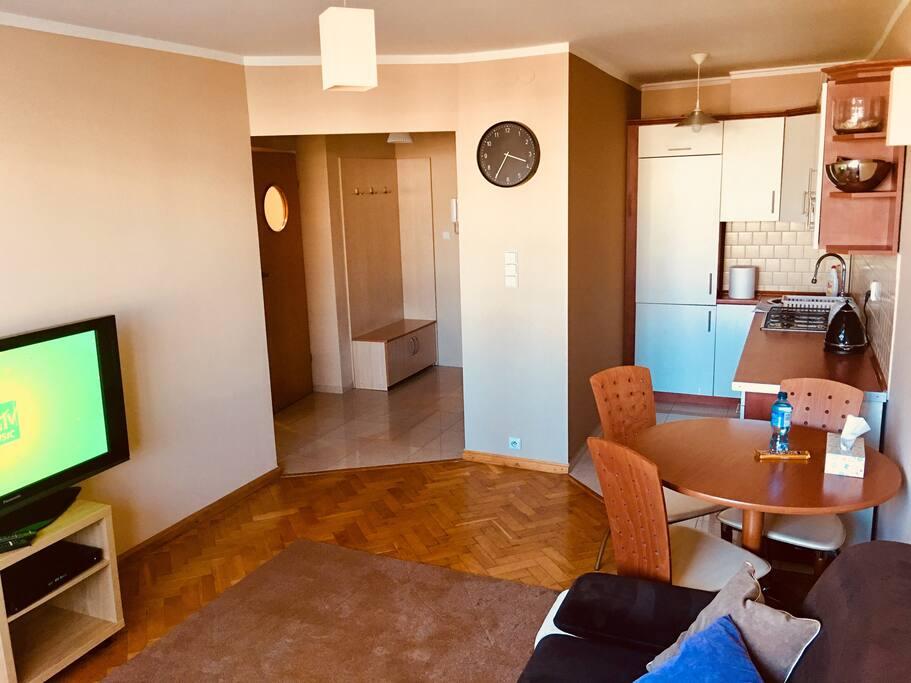 Salon z widokiem na kuchnię i przedpokój