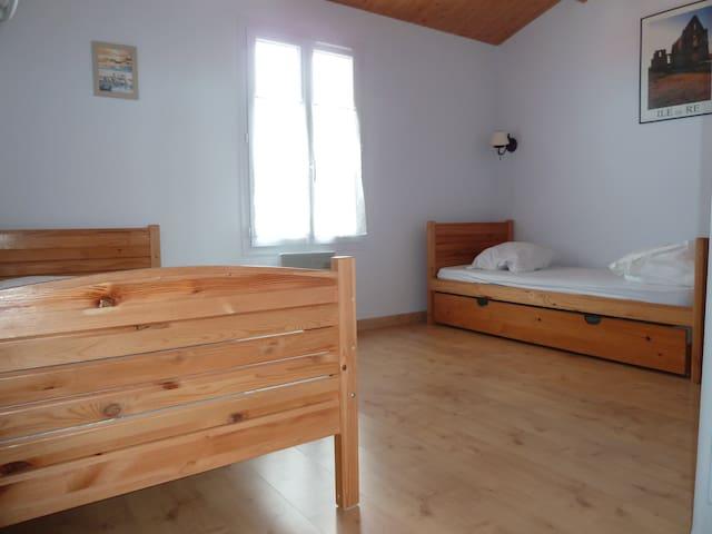 Chambre  4 à l'étage, 2 lits simples