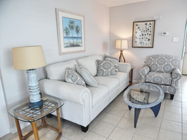 Wahoo!-Lg 1 BR, Pet Friendly, Walk to the Beach!