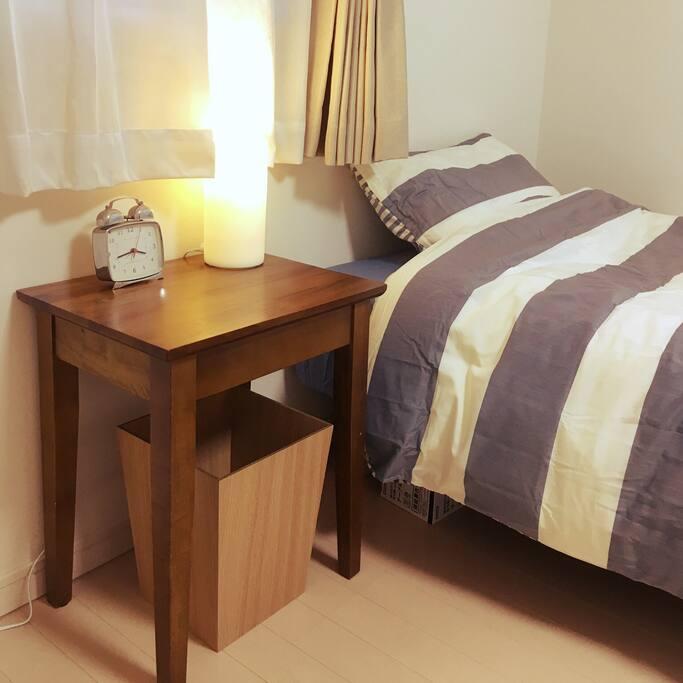 写真ではベッドが一つですがもう一つ、寝具はもう一式、敷布団ですがあります。