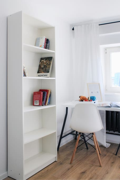 W pokoju znajdziesz kilka książek, na niepogodę.