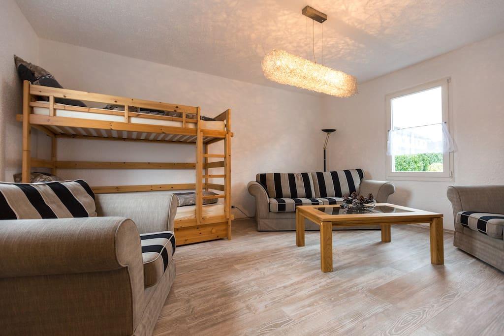 """SChlafzimmer Parterre mit Hochbett, im Zimmer hängt ausserdem ein 32""""TV (nicht sichtbar gegenüber vom Bett)"""